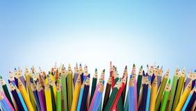 Caras engraçadas coloridas dos lápis do sorriso dos povos Grupo de pessoas do di?logo Fala da multid?o Fala do grupo de pessoas R foto de stock