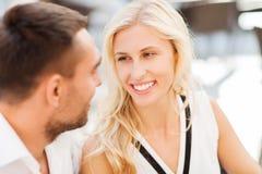 Caras felices de los pares en el restaurante Foto de archivo libre de regalías