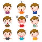 Caras lindas del muchacho que muestran diversas emociones