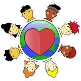 Caras multiculturales del cabrito unidas alrededor del globo de la tierra Imagen de archivo