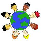 Caras multiculturales del cabrito unidas alrededor del globo de la tierra Stock de ilustración