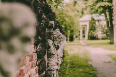 Caras na parede no parque, Polônia de Arcádia Imagens de Stock