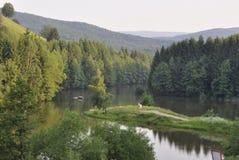Caras-Severin Juni 13: Sjö i det Semenic berget från det Caras-Severin länet i Rumänien royaltyfri bild