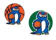 Carattere blu del gufo del fumetto con la palla di pallacanestro Fotografie Stock Libere da Diritti