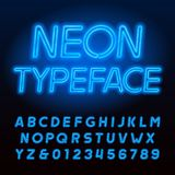 Carattere blu di alfabeto del tubo al neon Lettere maiuscole e numeri di colore al neon royalty illustrazione gratis