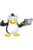 Carattere del pinguino - pollici su con il computer portatile illustrazione vettoriale