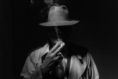 Carattere noir del film che fuma una sigaretta fotografia stock libera da diritti