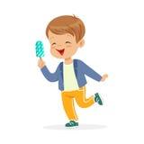 Carattere sveglio del ragazzino che ritiene soddisfatto della sua illustrazione di vettore del fumetto del gelato illustrazione vettoriale