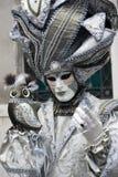 Carattere veneziano di carnevale in un costume variopinto di carnevale dell'oro e di verde e nella maschera Venezia Fotografia Stock