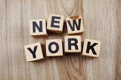 Caratteri in grassetto New York di alfabeto su fondo di legno fotografia stock