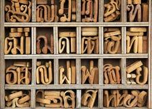 Caratteri tailandesi di legno Bangkok di linguaggio fotografie stock libere da diritti