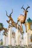 Caratteristica dell'acqua con le sculture bronzee dell'antilope fotografia stock libera da diritti