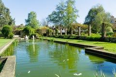 Caratteristica dell'acqua in un giardino Immagini Stock Libere da Diritti