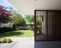 Caratteristica di legno del dettaglio dell'entrata nella casa australiana contemporanea immagini stock libere da diritti