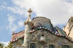 Caratteristiche superiori con il camino emblematico dell'edificio di Gaudi a Barcellona Fotografie Stock Libere da Diritti