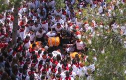 Caravaca de la Cruz, Spanien, Maj 2, 2019: Olycka p? h?stkappl?pningen p? Caballos Del Vino, n?dl?gen som evakuerar en man p? a arkivfoton
