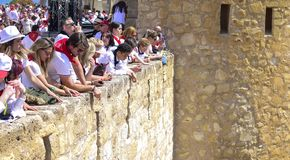 Caravaca De Los angeles Cruz, Hiszpania, Maj 2, 2019: Ludzie ogl?da Caballos Del Vino ?cigaj? si? od kasztelu w Caravaca De Los a zdjęcie royalty free