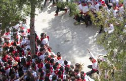 Caravaca De Los angeles Cruz, Hiszpania, Maj 2, 2019: Wypadek przy wy?cigi konny przy Caballos Del Vino, emergencies ewakuuje sam fotografia stock