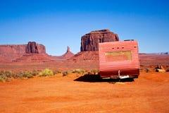 Caravan abbandonato nella valle del monumento Fotografie Stock