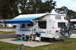 Caravan bij vakantiepark dat wordt geparkeerd royalty-vrije stock foto