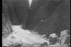 Caravan che attraversa through le montagne video d archivio