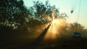 Caravan che calcia polvere al tramonto stock footage