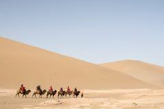 Caravan che passa attraverso le dune di sabbia nel deserto del Gobi, C del cammello Fotografie Stock Libere da Diritti