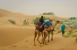 Caravan del cammello che passa attraverso le dune di sabbia in deserto, Ragiastan, Fotografie Stock Libere da Diritti