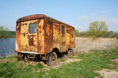 Caravan door de vijver Royalty-vrije Stock Foto's