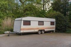 Caravan in het hout wordt geparkeerd dat stock fotografie