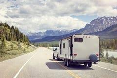 Caravan of motorhuisaanhangwagen op een bergweg Royalty-vrije Stock Fotografie