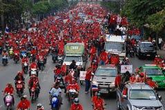 Caravan rosso dei Protestors della camicia attraverso Bangkok fotografia stock