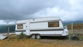 Caravan solo nelle montagne stock footage