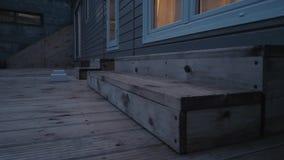 Caravan statico moderno Casa mobile tempo di sera, alla luce delle finestre stock footage