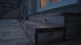 Caravan statico moderno Casa mobile tempo di sera, alla luce delle finestre archivi video