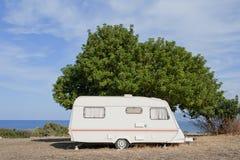 Caravan sul campeggio dal mare Fotografia Stock