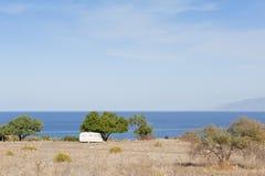 Caravan sul campeggio dal mare Fotografia Stock Libera da Diritti