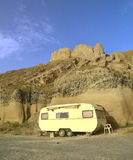 Caravan sulla spiaggia - rimorchio dell'automobile Fotografia Stock Libera da Diritti