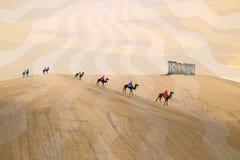 Caravan van bedouins in de woestijn Stock Foto
