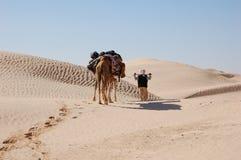 Caravan in woestijn de Sahara Stock Afbeelding