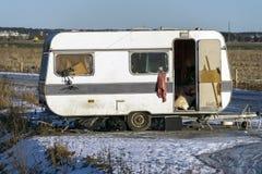 Caravana abandonada vieja fotografía de archivo