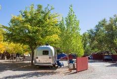 Caravana americana del vintage en un camping foto de archivo