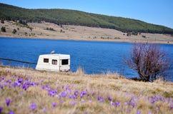 Caravana branca em um fundo do lago Fotos de Stock