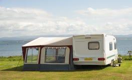 Caravana com toldo. fotografia de stock