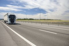 A caravana da carga apressa-se ao longo da estrada foto de stock royalty free