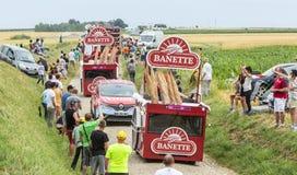 Caravana de Banette en un Tour de France 2015 del camino del guijarro Imagen de archivo libre de regalías