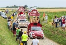 Caravana de Banette en un Tour de France 2015 del camino del guijarro Foto de archivo libre de regalías