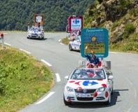 Caravana de Carrefour em montanhas de Pyrenees - Tour de France 2015 Foto de Stock