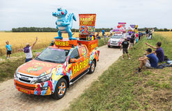 Caravana de Haribo en un Tour de France 2015 del camino del guijarro Fotografía de archivo libre de regalías