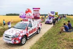 Caravana de Haribo en un Tour de France 2015 del camino del guijarro Fotos de archivo